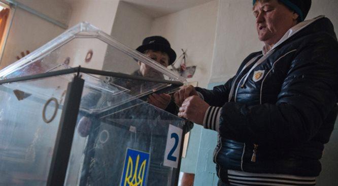Wybory na Ukrainie: apel Jaceniuka, wojskowi na listach, cisza na Krymie