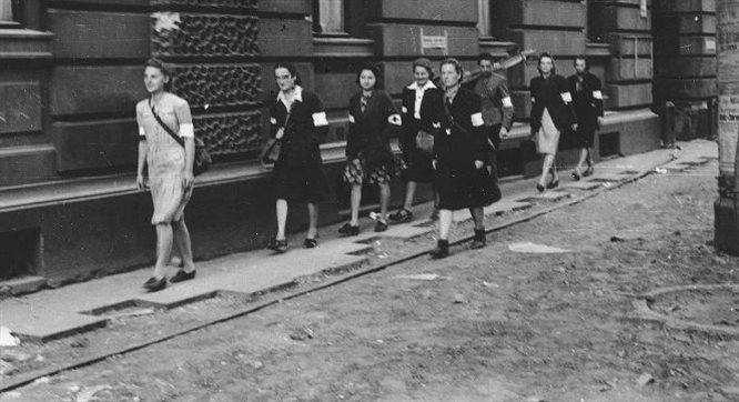 Powstanie we wspomnieniach sanitariuszki: jeniec, pierzyna i surowy Antek