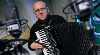 Adam Strug śpiewa na Powązkach