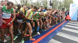 Biegacze na starcie Orlen Warsaw Marathon