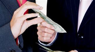 B. szef KNF o franku i kredytach: banki powinny zapłacić za swoje błędy