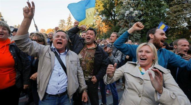Kijów coraz bliżej UE. Kruchy rozejm na wschodzie Ukrainy