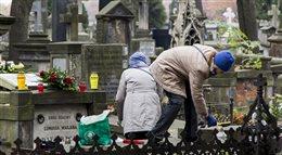 Warszawiacy odwiedzają groby na Powązkach
