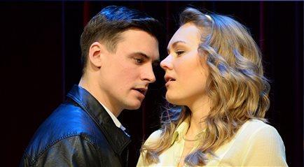 Mateusz Damięcki gra Greya w teatrze