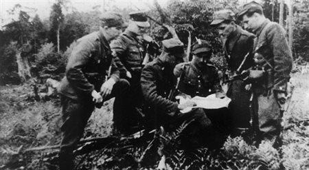Odprawa dowódców terenowych i samoobrony Obwodu AKO Augustów. Las Łubianka na zachód od Sztabina, wiosna 1945 r.