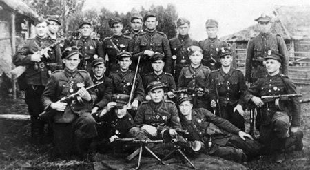 """Oddział plut. Bronisława Zabłockiego """"Oczki"""" z terenu Puszczy Nalibockiej, październik 1945."""