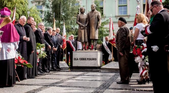 Radom. Odsłonięcie pomnika Lecha i Marii Kaczyńskich