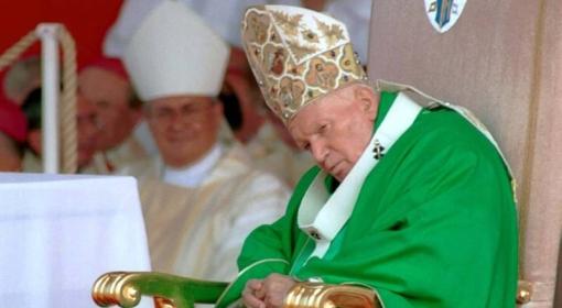 Papież Jan Paweł II podczas Mszy św. na krakowskich Błoniach, 18.08.2002