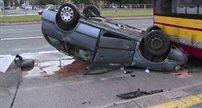 Wypadek w Warszawie. Samochód dachował i wbił się w autobus