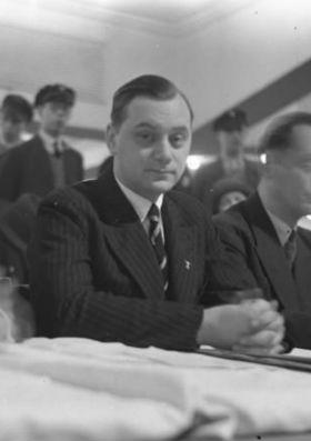 Alfred Rosenberg podczas przemówienia Hitlera w 1932 roku, źr. Bundesarchiv/Wikimedia Commons/dp