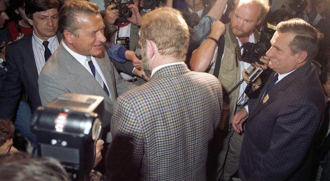 Przewodniczący strony opozycyjno-solidarnościowej Lech Wałęsa (pierwszy z prawej), doradca NSZZ Solidarność Bronisław Geremek (tyłem), przewodniczący strony rządowej, minister spraw wewnętrznych PRL Czesław Kiszczak (pierwszy z lewej) w gmachu Sejmu