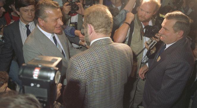 Przewodniczący strony opozycyjno-solidarnościowej Lech Wałęsa (pierwszy z prawej), doradca NSZZ Solidarność Bronisław Geremek (tyłem), przewodniczący strony rządowej, minister spraw wewnętrznych PRL Czesław Kiszczak (pierwszy z lewej) w gmachu Sejmu. PAPJan Bogacz