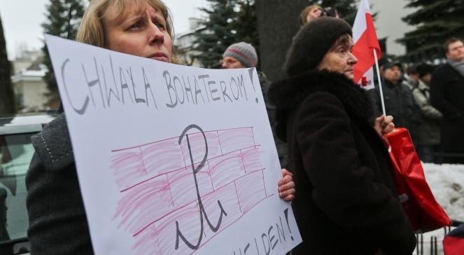 Protest przed siedzibą korespondenta niemieckiej telewizji ZDF w Warszawie,  przeciwko emisji przez stację serialu Nasze matki, nasi ojcowie i znieważaniu pamięci żołnierzy Armii Krajowej przez telewizję ZDF
