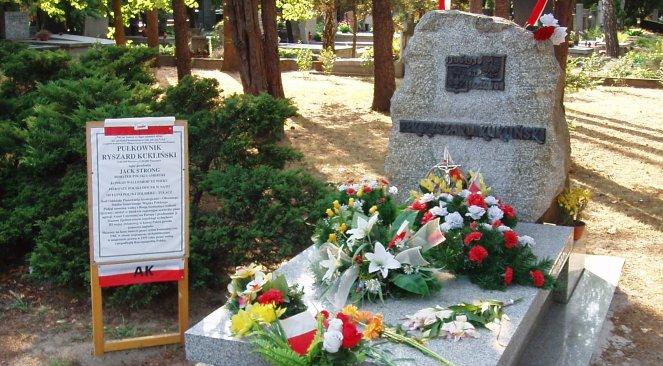 Grób pułkownika Ryszarda Kuklińskiego na warszawskich Powązkach Wojskowych