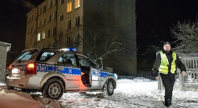 Policja przed blokiem, gdzie znaleziono zwłoki matki i dwójki dzieci