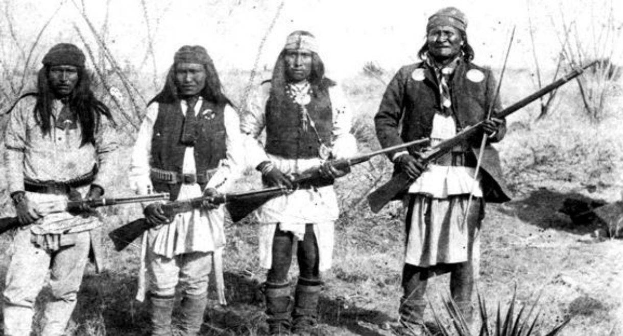 Geronimo (pierwszy z prawej) i jego wojownicy w 1886 roku, fot.Camillus S. Fly, źr. Wikimedia Commons/dp