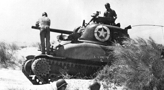 Lądowanie wojsk alianckich na Sycylii. Amerykański czołg M4 Sherman po wylądowaniu na plaży Sycylii, 10 lipca 1943 r. foto: wikipediadomena publicznalic. PD-USGov-Military