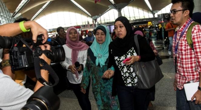 Rodziny pasażerów zaginionego samolotu czekają na lotnisku w Kuala Lumpur na informacje o ich bliskich