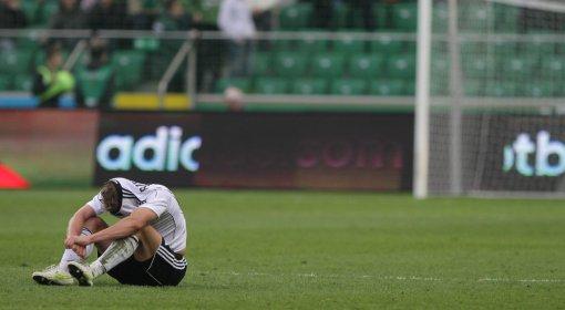 Smutek Jakuba Rzeźniczaka z Legii po przegranej w meczu piłkarskiej Ekstraklasy Legia Warszawa- Ruch Chorzów
