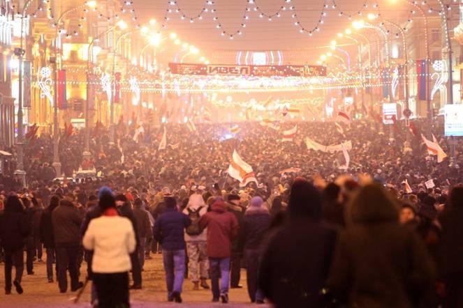Protest przeciw fałszerstwom wyborczym w centrum Mińska, 19 grudnia 2010 roku, po poprzednich wyborach prezydenckich, PAP/Photoshot