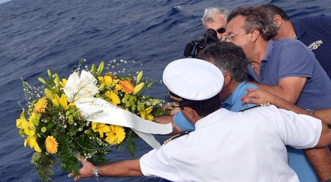 Lokalni rybacy i marynarze rzucają wieniec dla tych, którzy stracili swe życie u wybrzeży Lampedusy,  5.10.2013