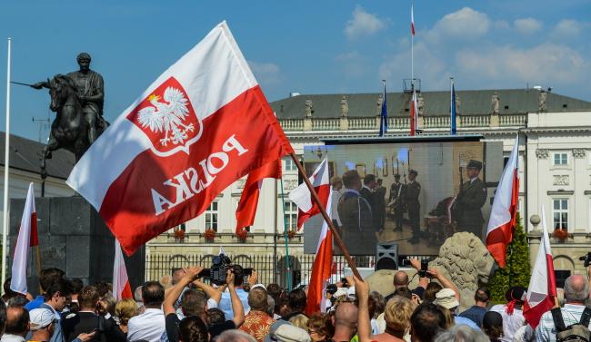 Tłum przed Pałacem Prezydenckim. Foto: PAP/Jakub Kamiński