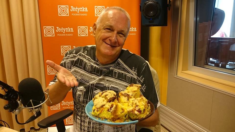 Jacek Cygan w dniu swoich imienin otrzymał od zespołu Jedynki ciasto