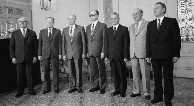 Jedno z ostatnich spotkań szefów partii państw Układu Warszawskiego. Od lewej: Erich Honecker (NRD), Milosz Jakesz (Czechosłowacja), Michaił Gorbaczow (ZSRR), Wojciech Jaruzelski (Polska), Nicolae Ceausescu (Rumunia), Todor Żiwkow (Bułgaria) i Karoly Grosz (Węgry) (Warszawa, 1988 r.) foto: PAPCAFZbigniew Matuszewski