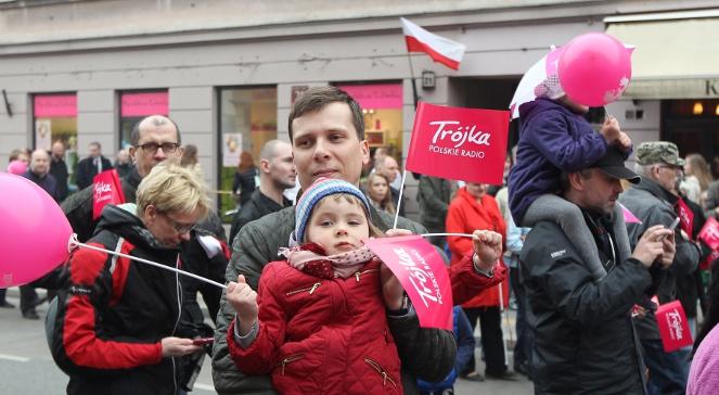 Uczestnicy akcji Orzeł może podczas przemarszu na ul. Nowy Świat w Warszawie, 2 maja 2013.