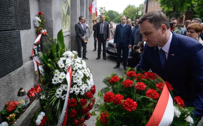Andrzeja Duda złożył w Warszawie kwiaty pod tablicą upamiętniającą pomordowanych w okresie PRL, w 67. rocznicę śmierci rotmistrza Witolda Pileckiego/fot.  PAP/Jakub Kamiński