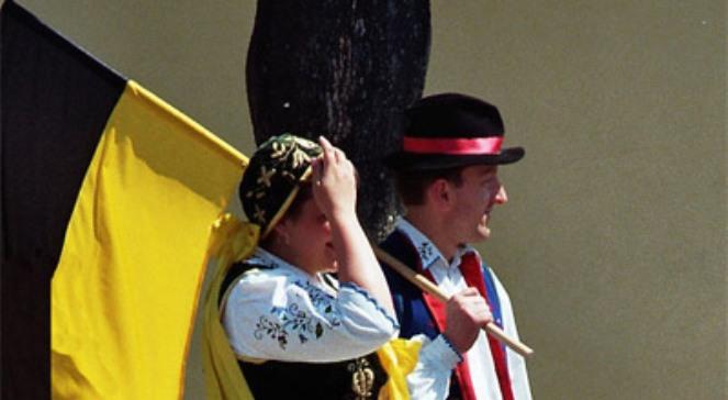 Kaszubi z flagą regionu