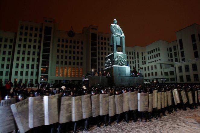 Foto: OMON białoruski sformował szereg i szykuje się do rozpędzenia manifestacji przeciwko fałszerstwom wyborczym w Mińsku, 19 grudnia 2010r roku; PAP/EPA/TATYANA ZENKOVICH