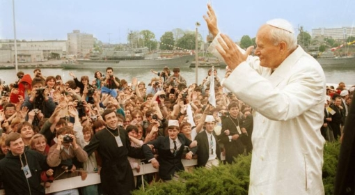 III pielgrzymka papieża Jana Pawła II do Polski. Ojciec św. przypłynął minowcem ORP Mewa na Westerplatte, gdzie spotkał się z młodzieżą i wygłosił homilię. Gdańsk, 12.06.1987