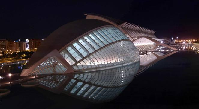 Fragment Miasteczka Sztuki i Nauki w Walencji autorstwa S.Calatravy. Widok w nocy