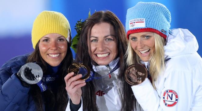 Justyna Kowalczyk ze złotym medalem igrzysk w Soczi wraz ze swoimi rywalkami