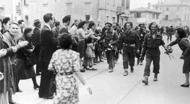 Żołnierze 5 Kresowej Dywizji Piechoty witani przez ludność Bolonii (21.04.1945), źr. archiwum fotograficzne Tadeusza SzumańskiegoNAC