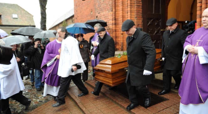 Kondukt żałobny wychodzi z kamieńskiej katedry pw. Jana Chrzciciela, podczas pogrzebu trzech ofiar wypadku: policjanta, jego żony i syna w Kamieniu Pomorskim