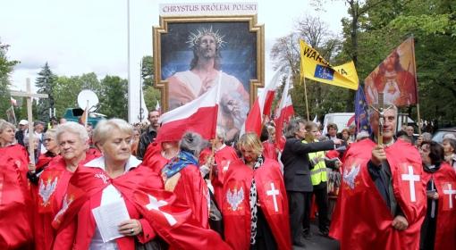 Manifestacja tak zwanych obrońców krzyża i ruchu domagającego się koronacji Jezusa na króla Polski
