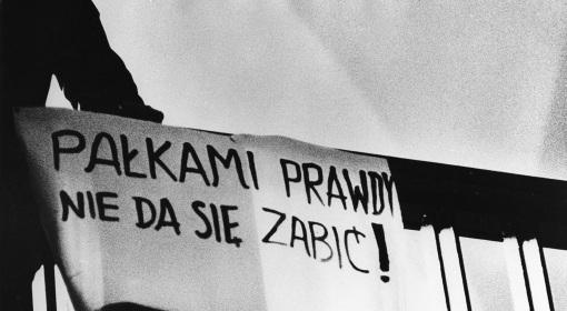 Transparent z hasłem studentów protestujących przeciwko używaniu siły przez władze PRL przeciwko strajkującym studentom, marzec 1968