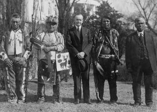 Prezydent Calvin Coolidge w otoczeniu rdzennych Amerykanów (1925), źr. Wikimedia Commons/dp