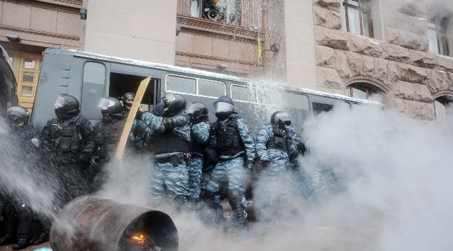 Kijów. Ludzie polewają milicję wodą