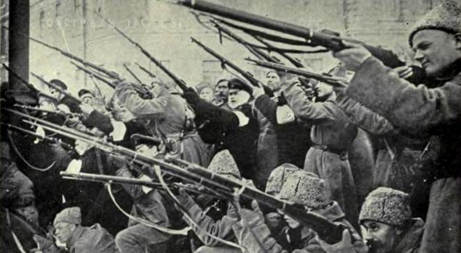 Rewolucjoniści ostrzeliwują carską policję w 1917 r.