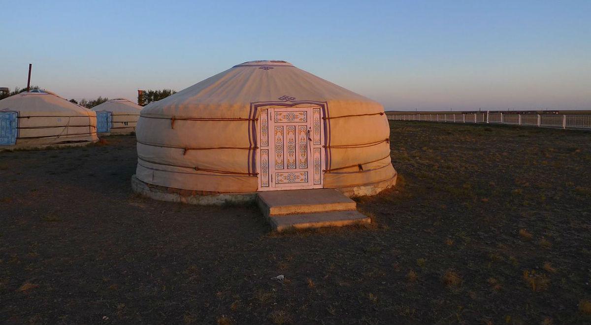 Jurty na mongolskim stepie, fot. Alastair Rae, źr. Wikimedia Commons/CC