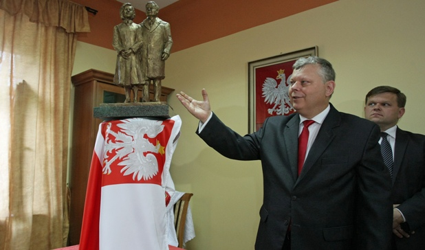 Poseł PiS Marek Suski prezentuje projekt pomnika