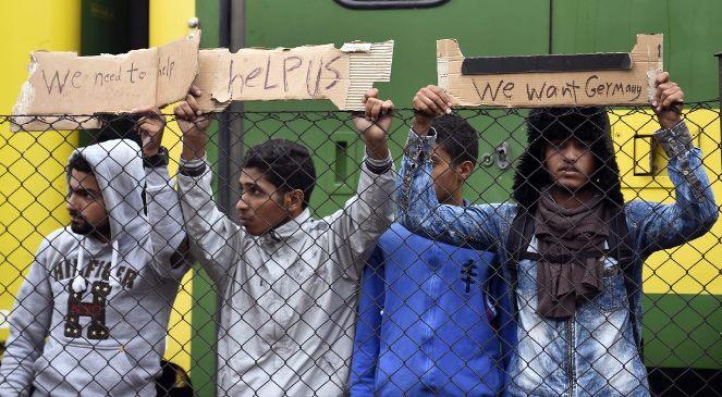Imigranci na dworcu w Bicske. Foto: PAP/EPA/HERBERT P. OCZERET