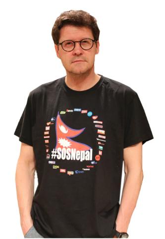 Wojciech Malajkat w koszulce z logo akcji