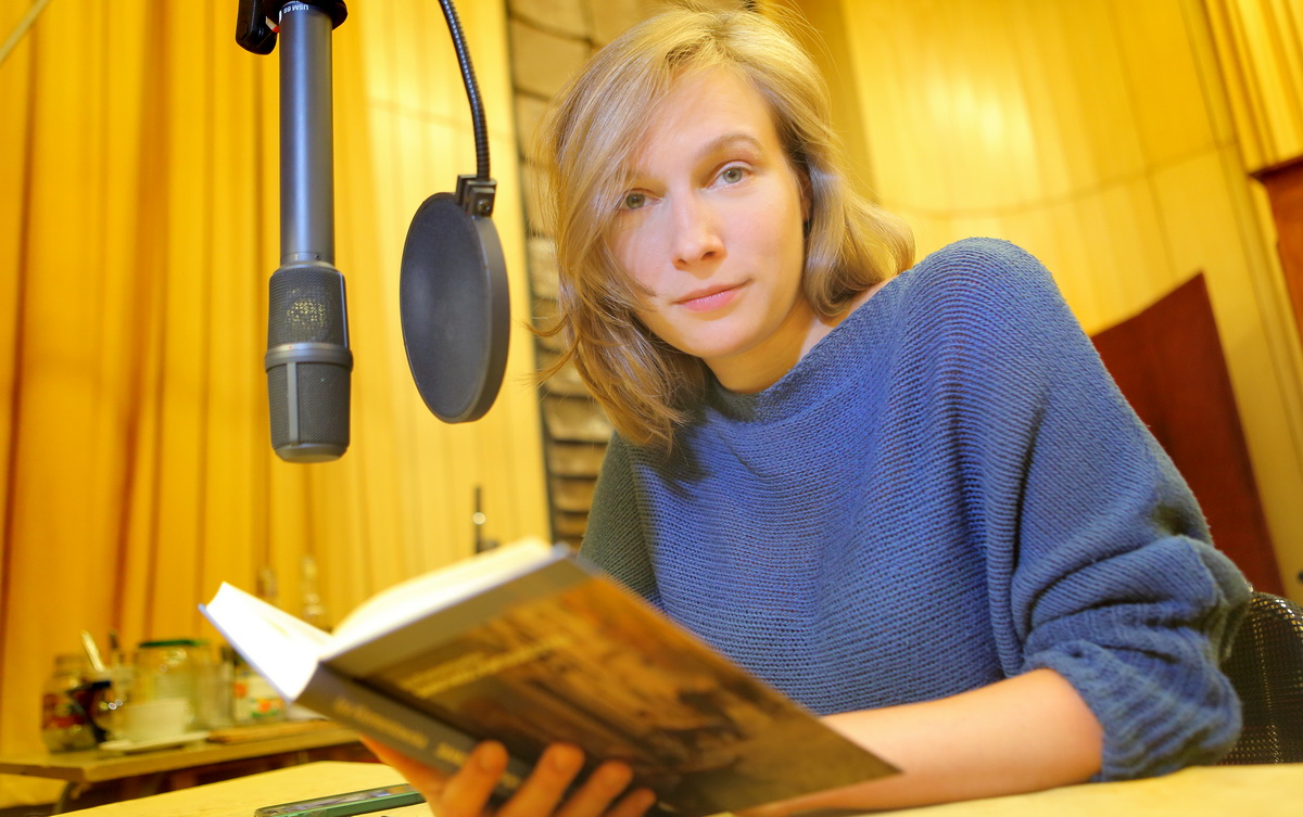 """Weronika Nockowska czyta książkę """"Samotność Portugalczyka""""; fot. Grzegorz Śledź"""