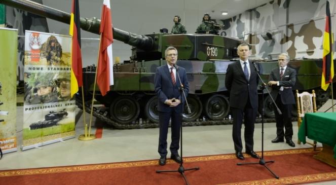 Minister obrony narodowej RP Tomasz Siemoniak (P) i minister obrony Niemiec Thomas de Maiziere (L) podczas konferencji prasowej pod podpisaniu polsko-niemieckiej umowy na dostawę czołgów Leopard wraz ze sprzętem towarzyszącym dla polskich wojsk lądowych w Poznaniu