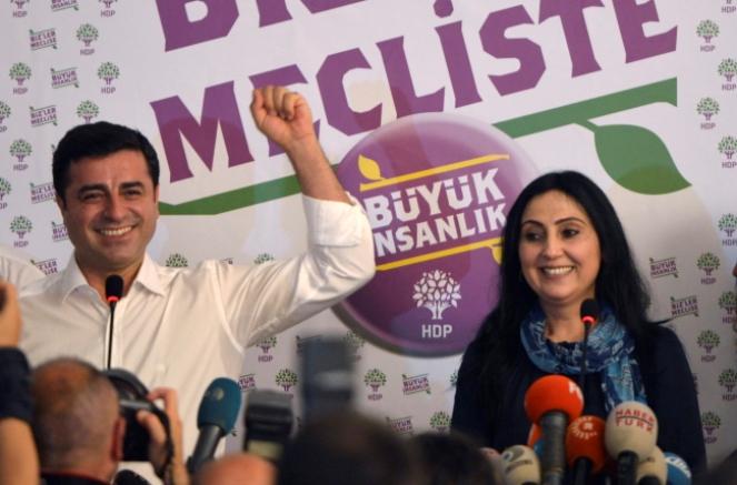 Współprzewodniczący partii HDP Selahattin Demirtas (L) i Figen Yusekdag na konferencji. Fot. PAP/EPA/DENIZ TOPRAK