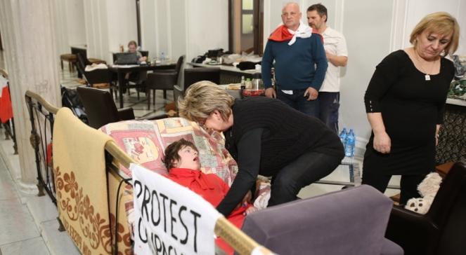 Grupa rodziców i niepełnosprawne dzieci okupują sejmowy korytarz chcąc zwrócić w ten sposób uwagę polityków i społeczeństwa na ich sytuację